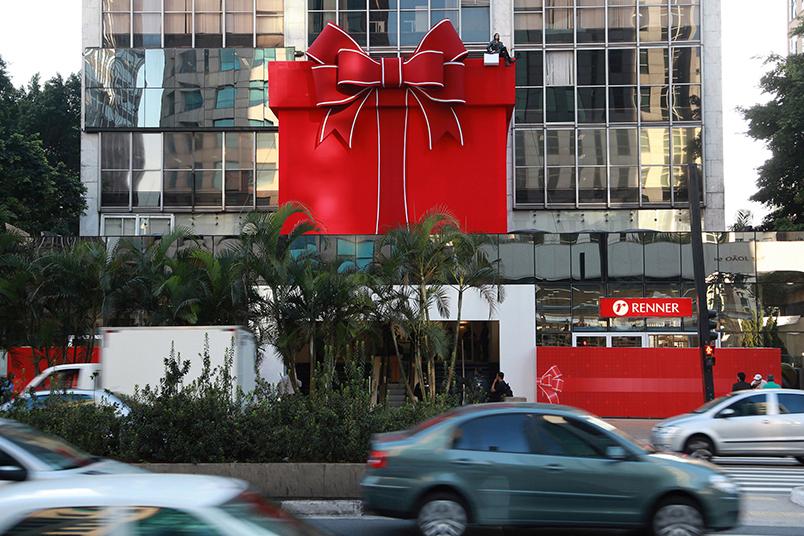 Caixa de presente gigante comemorou o lançamento da loja Renner, na Avenida Paulista em São Paulo.