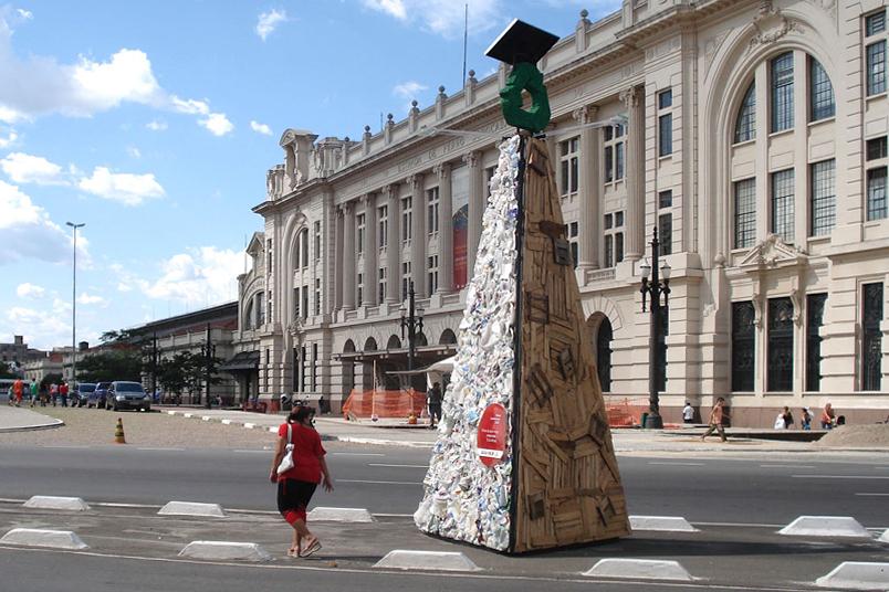 Exposição com 35 árvores feitas com materiais recicláveis captados em cooperativas de reciclagem.