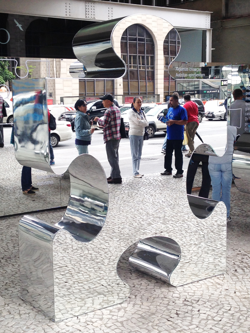 Installation of large puzzle pieces at Paulista Avenue during the 'Virada da Saúde' event.