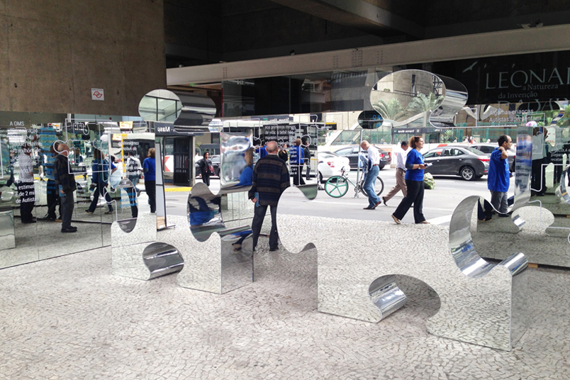 Instalação de grandes peças de quebra-cabeça na Av. Paulista durante a Virada da Saúde.