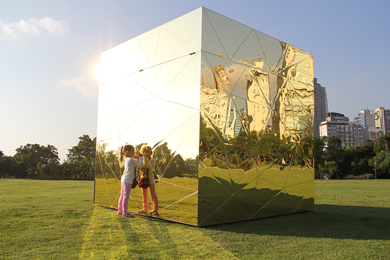 Intervenção no parque Ibirapuera, em São Paulo, com uma árvore monumental plantada de ponta-cabeça.