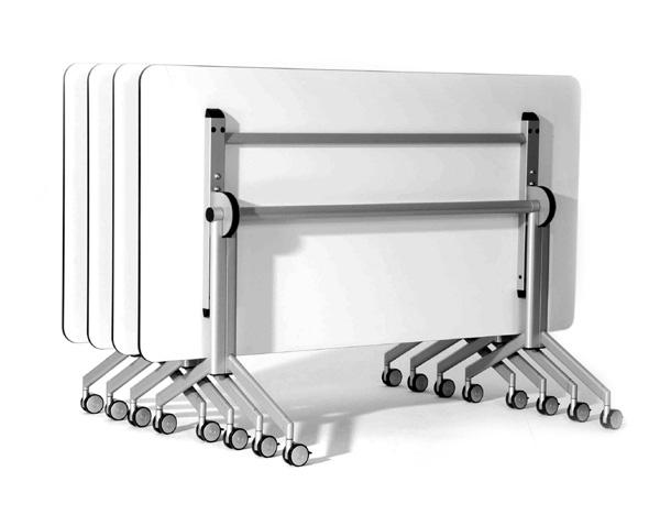 quatro mesas rebatíveis w com tampo na posição vertical e encaixadas para armazenamento