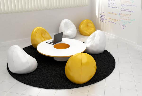 mesa de centro com pufes brancos e laranja ao redor
