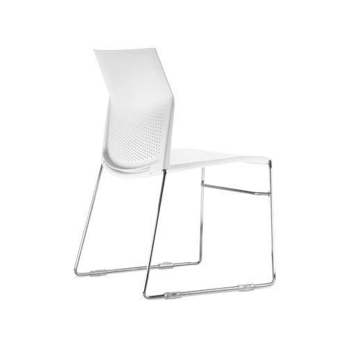 cadeira cn fixa com estrutura cromada e assento branco vista traseira