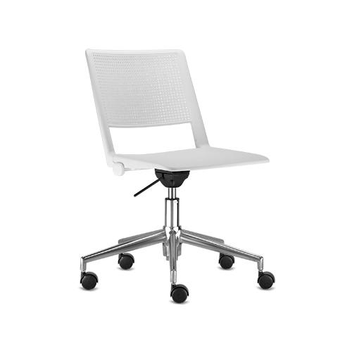 cadeira fv giratória com estrutura cromada e assento branco