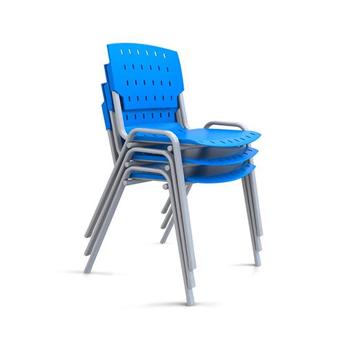 três cadeiras sg fixas com estrutura cinza e assento azul empilhadas