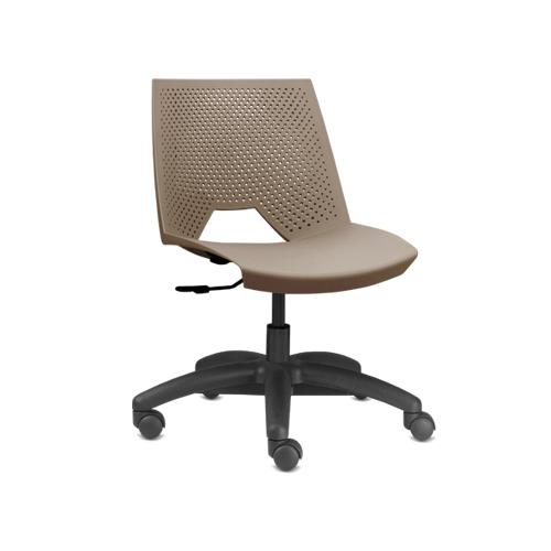 cadeira st giratória com estrutura preta e assento marrom