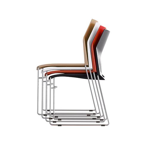 quatro cadeiras cn fixas empilhadas