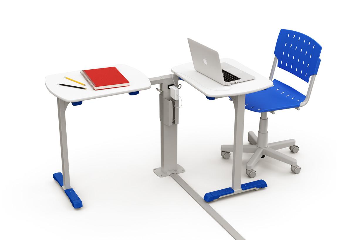 Duas mesas do Revoluti 2 e uma cadeira giratória. Uma das mesas tem um notebook, e a outra tem um caderno e dois lápis.