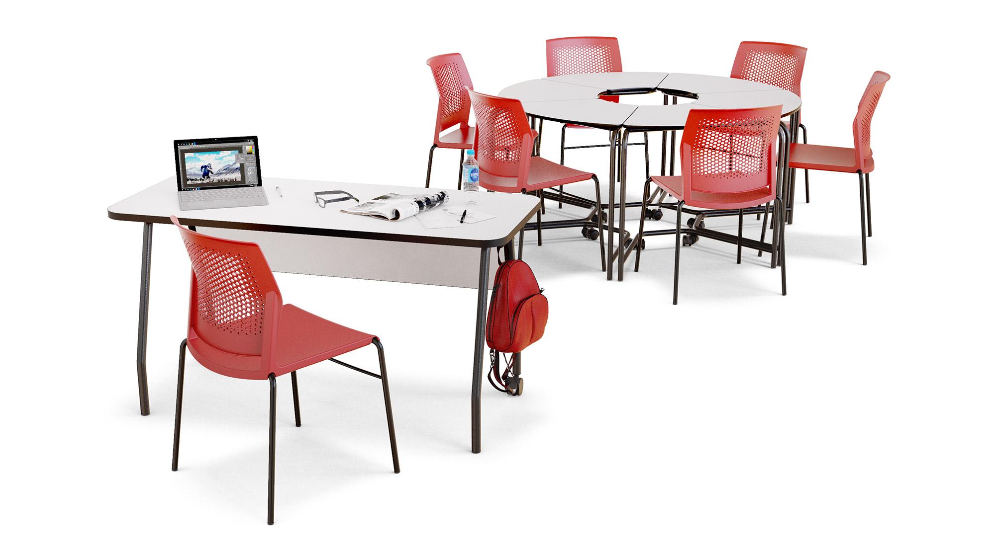 Sala com mesa de professor em primeiro plano e conjunto de 6 mesas link formando um círculo ao fundo.