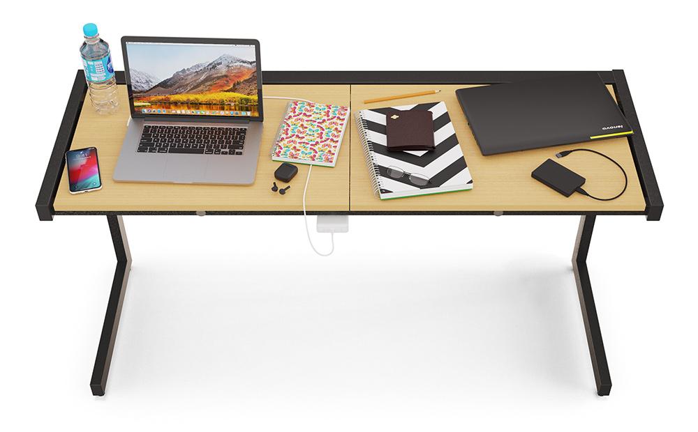 Vista aérea da mesa que tem em seu tampo: garrafa d'água, smartphone, dois notebook, bloco de anotações, caderno, lápis, óculos, fones de ouvido e HDD externo.