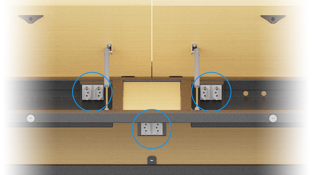 Detalhe com destaque para os dois pares de tomadas nos compartimentos e um par de tomada externas sob o tampo.