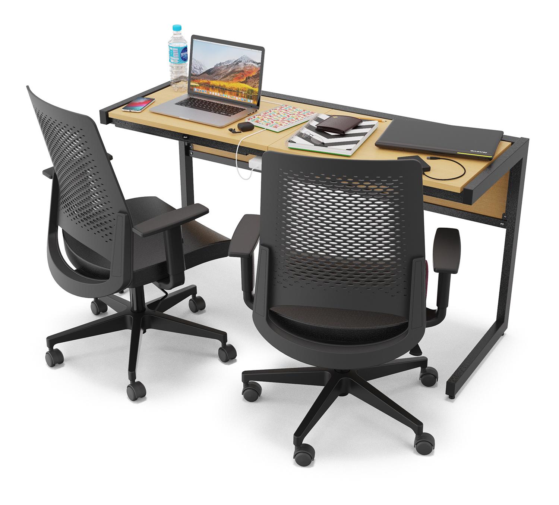 Mesa Note com estrutura preta e duas cadeiras de escritório.