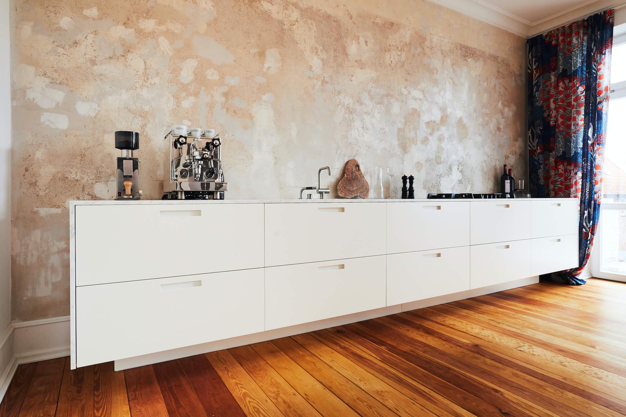 Küchenzeile mit schwebendem Charakter und Marmorarbeitsplatte