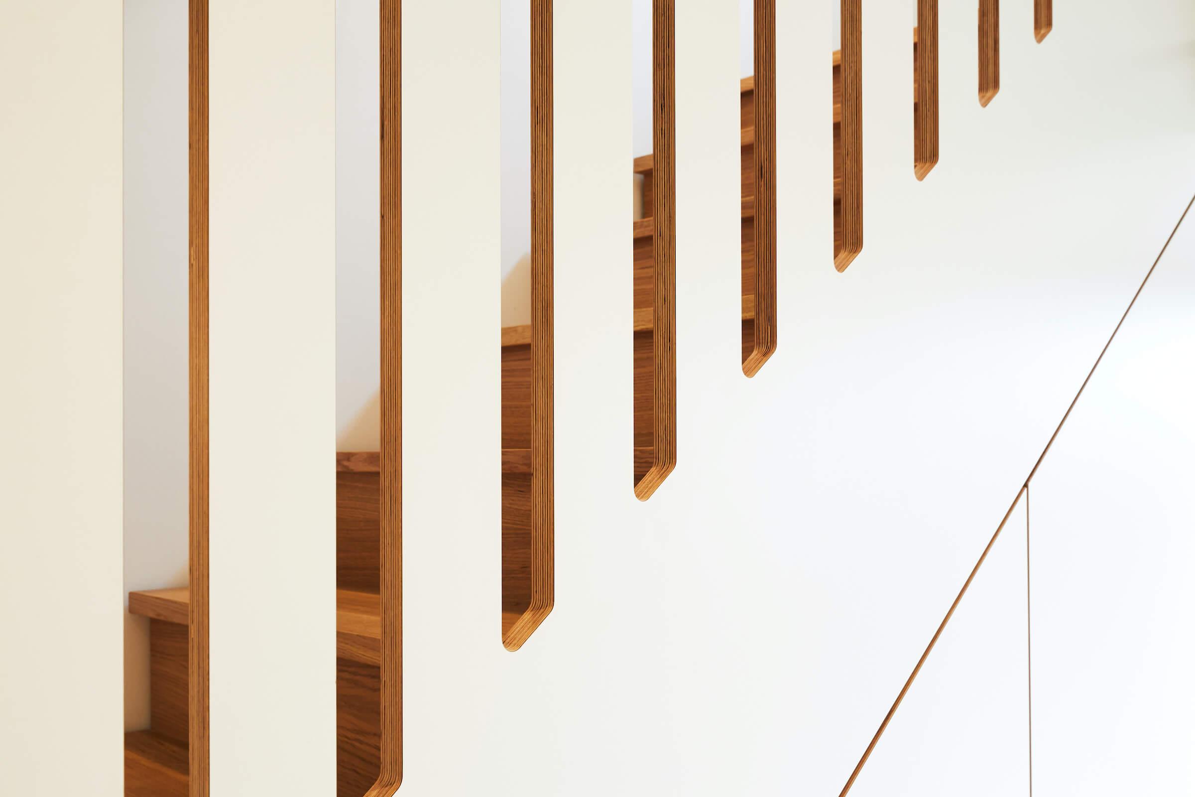 Möbeltreppe in Multiplex beschichtet und Eiche