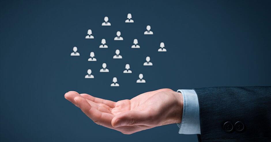 imagem de uma mão segurando ícones de pessoas