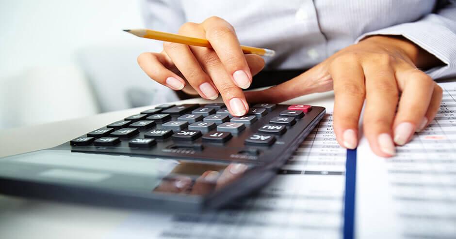imagem de uma pessoa usando uma calculadora