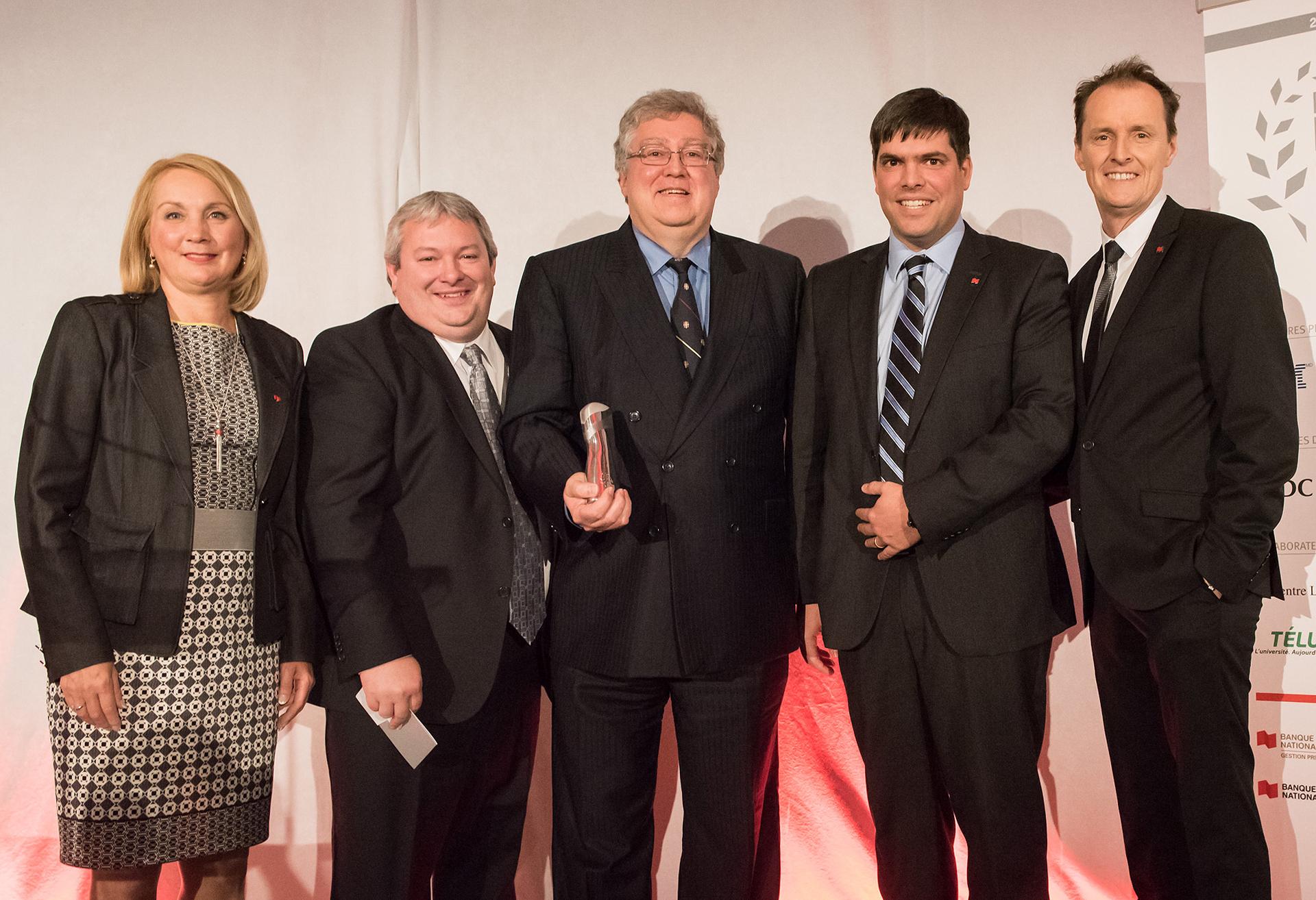 Cinq personnes sourient à la caméra suite à la remise du prix Lauréat Or à MEDIAL