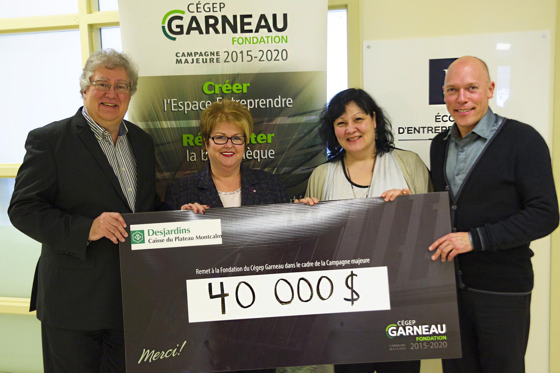 Quatre personnes tenant le chèque remis à la Fondation du Cégep Garneau