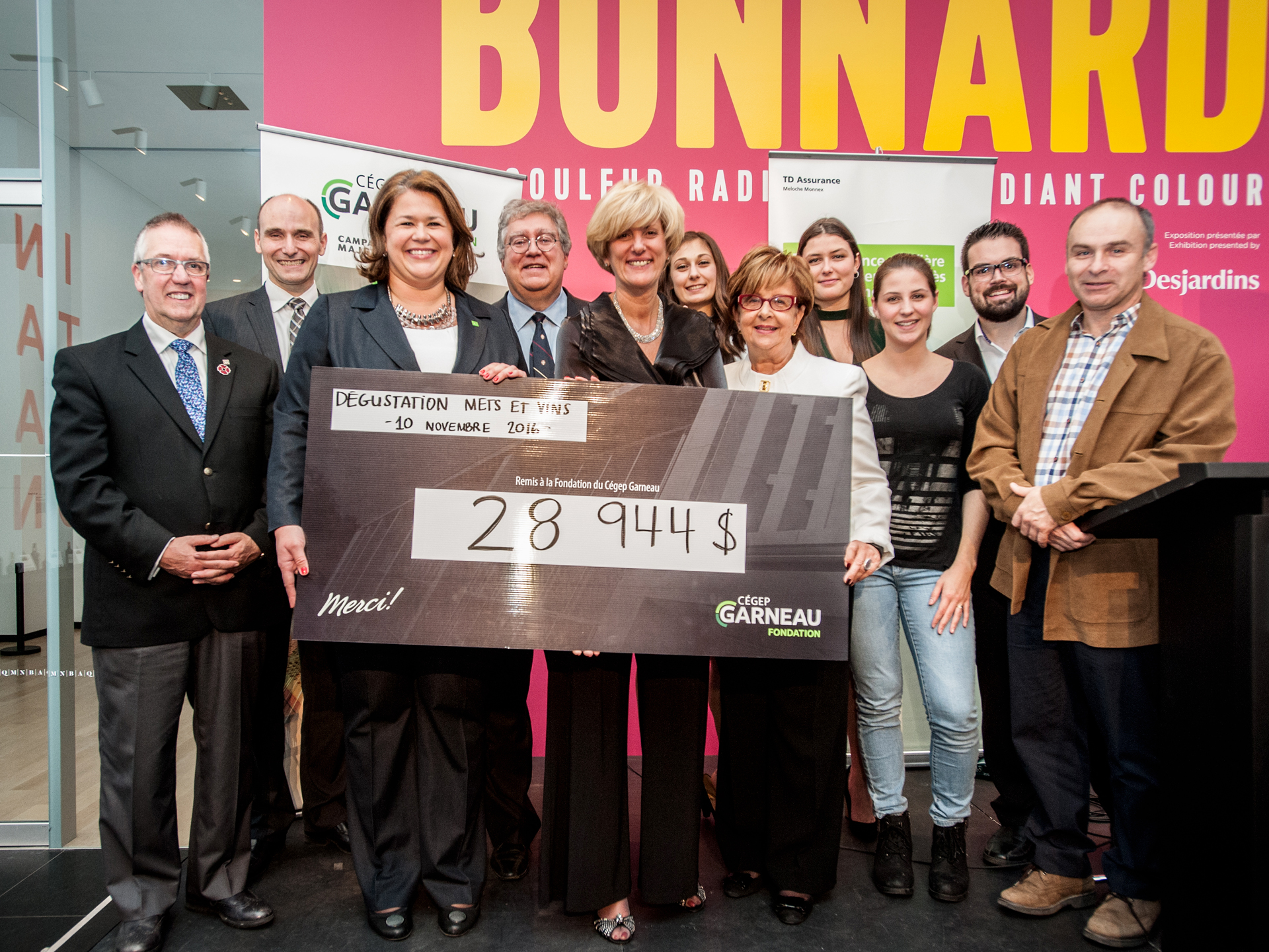 Groupe de personnes tenant un chèque remis à la fondation du Cégep Garneau