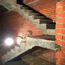 Лестница из бетона в кирпичном доме