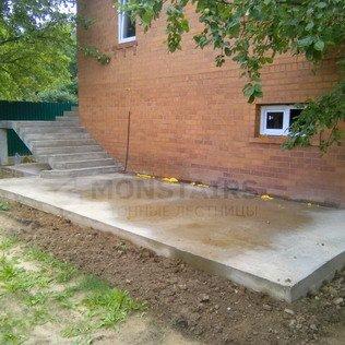 Площадка и лестница перед домом