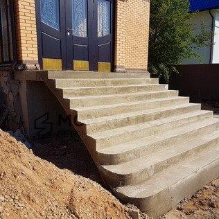 Уличная лестница с расширением
