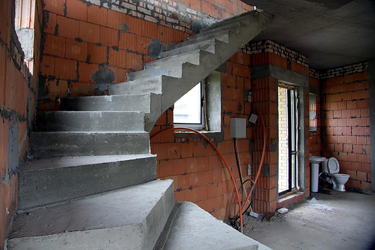 Забежные ступени бетонной лестницы