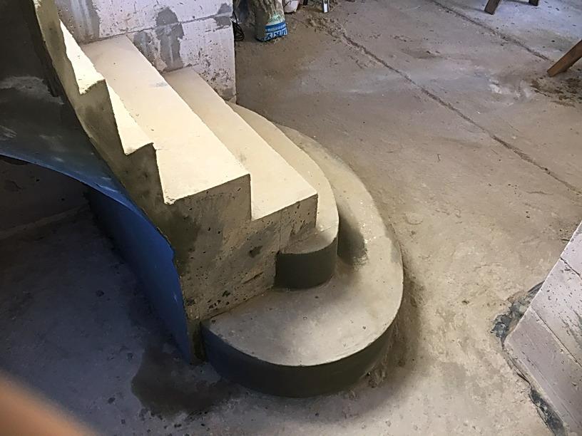 Приглашающие ступени бетонной лестницы