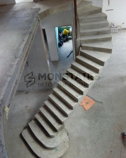 Монолитная лестница из бетона с белоснежной отделкой деревом