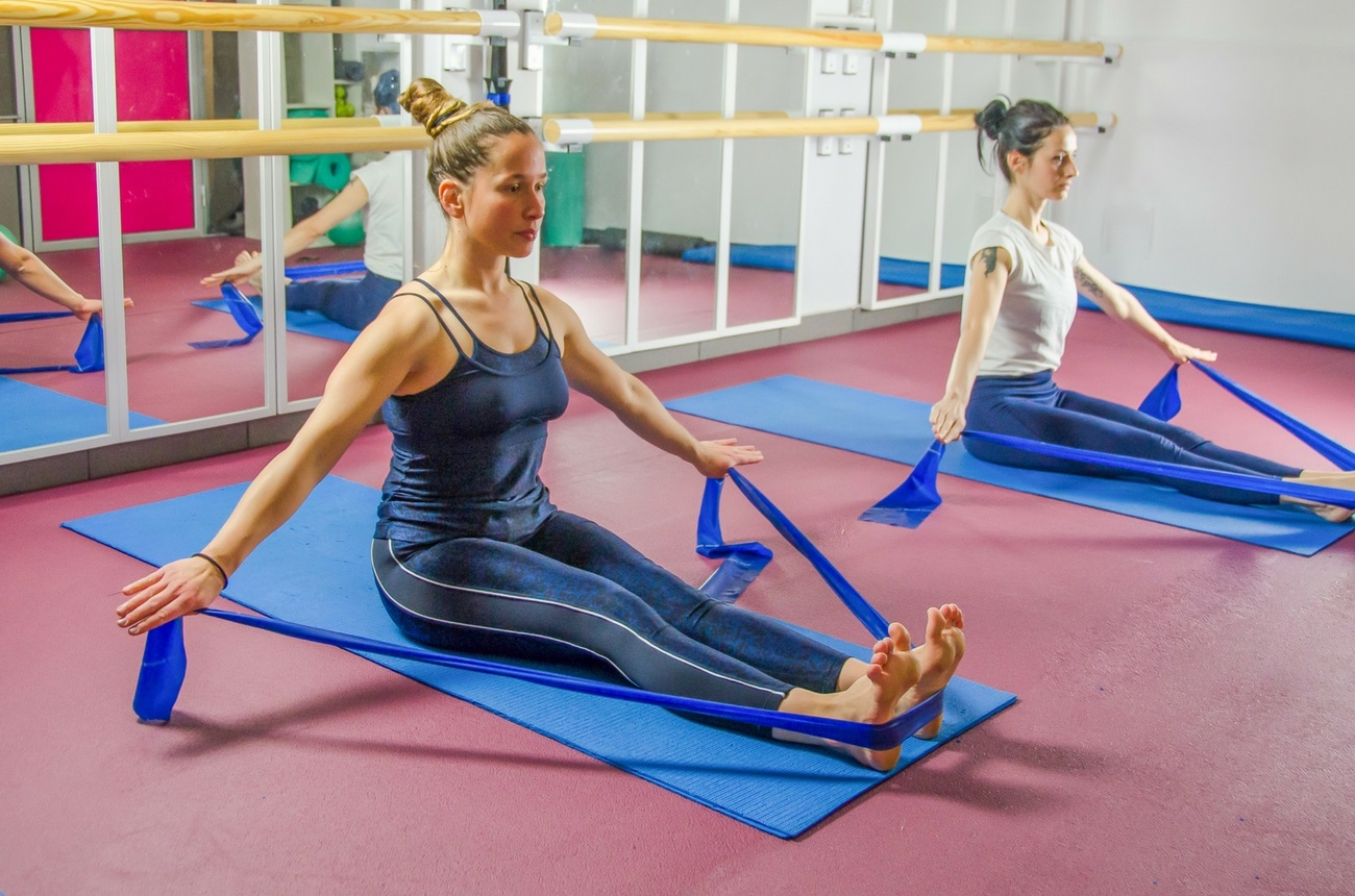 Pilates con bandas elásticas Fisio & Moviment Pilates Barcelona