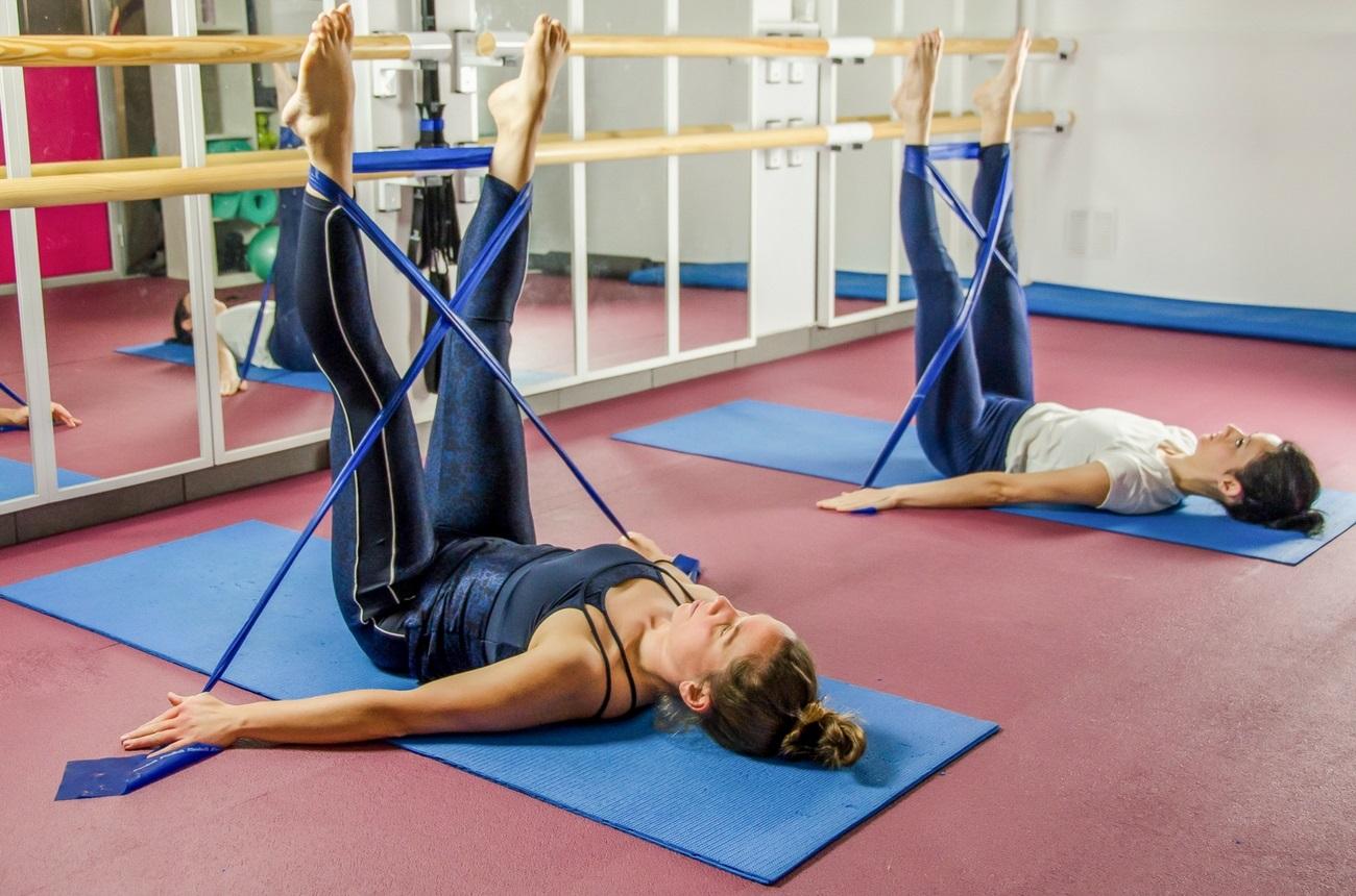 las bandas elásticas en pilates para muscular, tonificar piernas esbeltas y fuertes en Pilates Barcelona fisioterapia i moviment