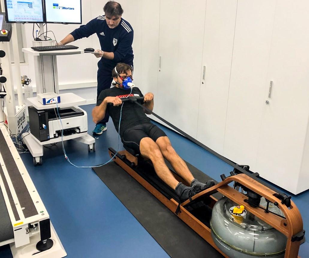 La práctica complementaria del Pilates optimiza la eficacia de los entrenamientos específicos en ostros deportes. En este caso vemos a un remero de competición que practica Pilates en F&M realizando un test de ergómetro, una prueba de esfuerzo máximo