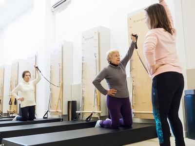 Pilates para personas mayores en Fisiomoviment. La mejor medicina para nuestro cuerpo es el movimiento sano.