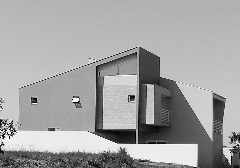Fachada lateral de casa no condomínio Alphaville.