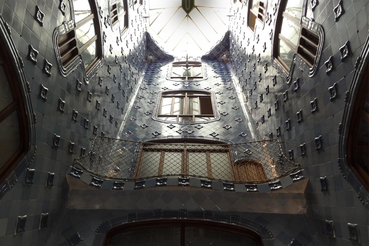 Interior da Casa Batlló - Gaudí - Pátio iluminado