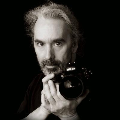 Bernd Wiesenberg vom FOTO-Atelier Wiesenberg mit Kamera