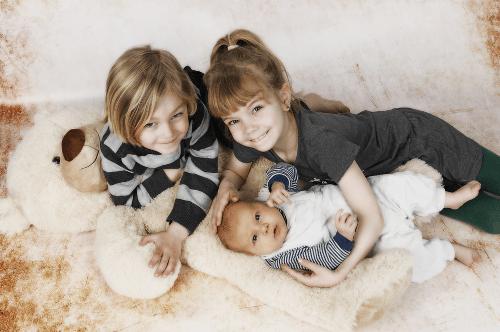 Baby mit Geschwistern