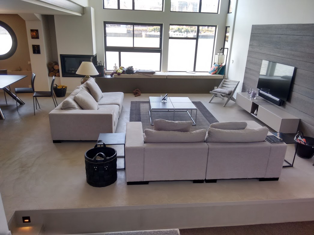 Vue su salon de la péniche après installation du plancher chauffant Caleosol