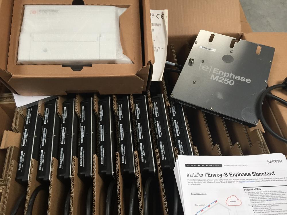 10 micro-onduleurs Enphase M250 , une passerelle internet, les guides