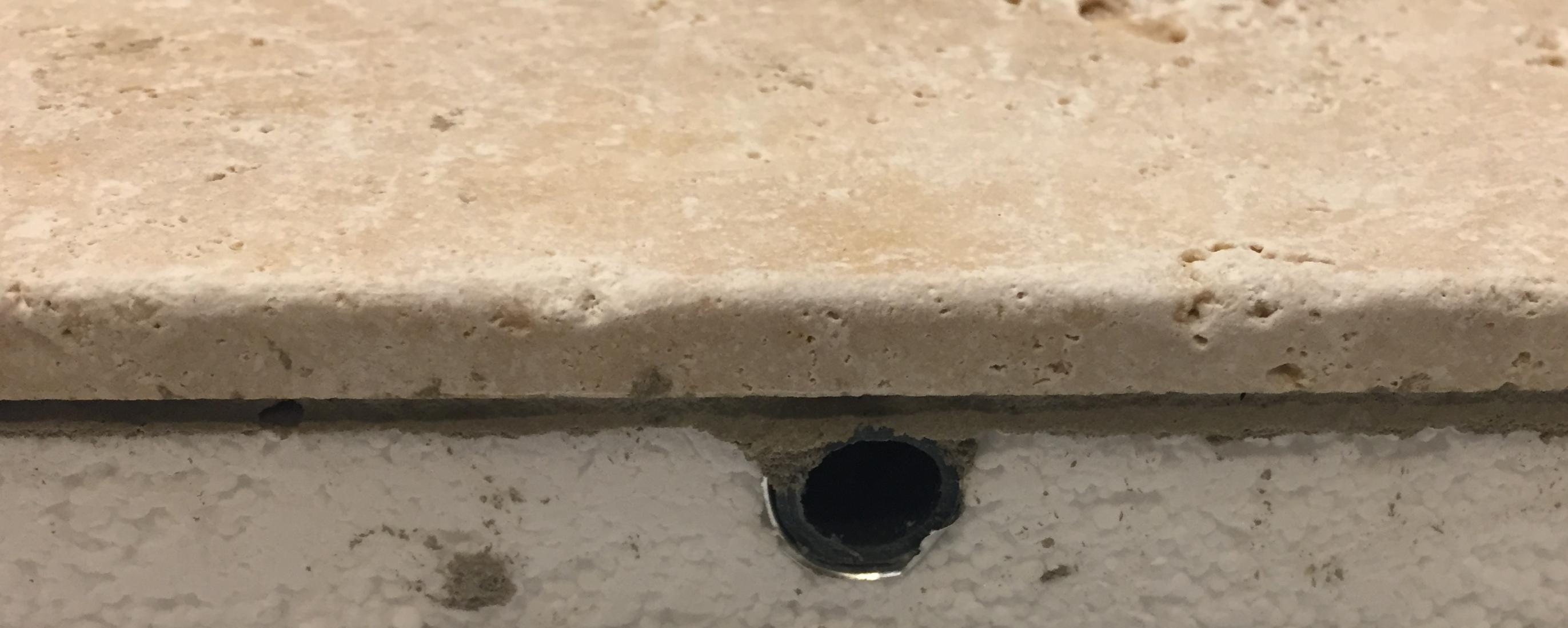 Exemple en coupe de plancher rafraîchissant avec finition Travertin pour climatisation de chambre