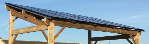 Panneaux solaires hybrides montés sur un carport