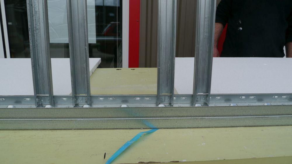 Exemple de montage de raillage pour climatisation de chambre d'hôtel