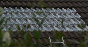 Tuile solaire thermique pour plancher solaire direct