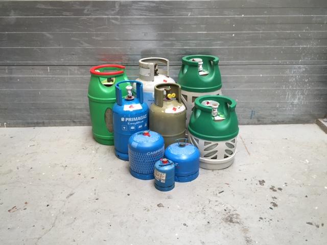 foto van verschillende soorten gasflessen bij Hulzinga Watersport