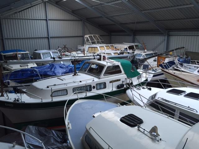 foto van boten in een loods stalling bij Hulzinga Watersport