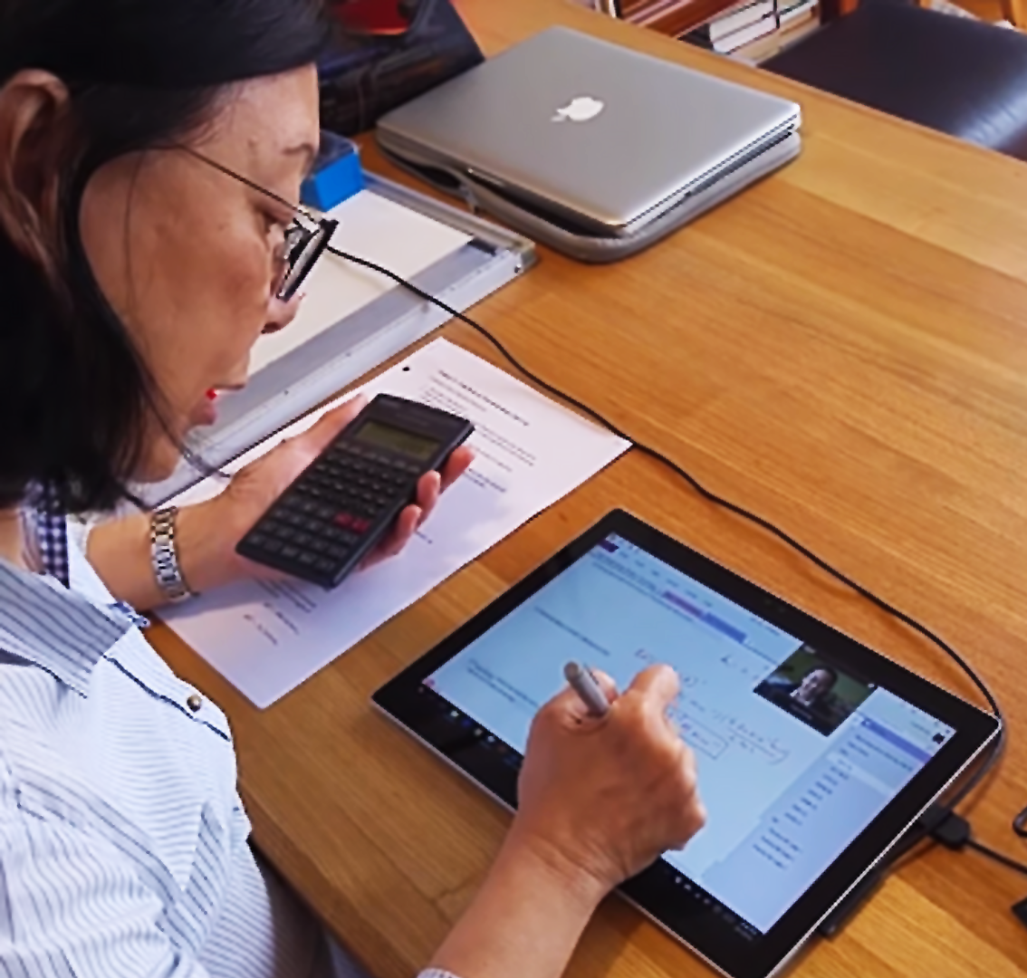 An online tutor utilizing technology to teach her student