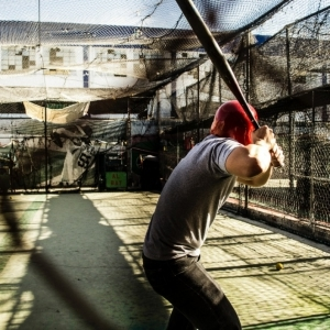 BC Talents - Article - Batting training : a man is waiting for a ball to arrive.