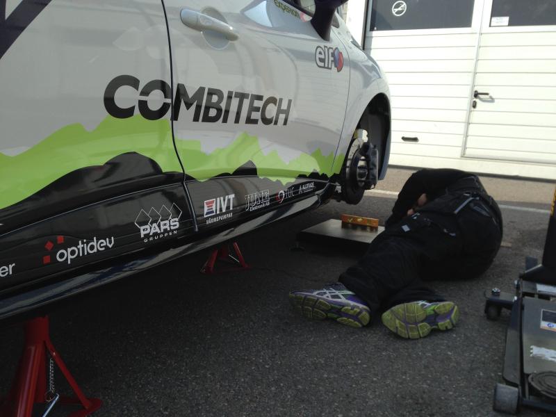 Johan ställer in racingbilens hjulvinklar