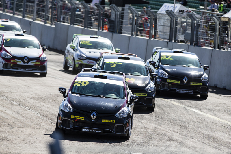 Startkurvan i Clio Cup racing på Skövde ringbana